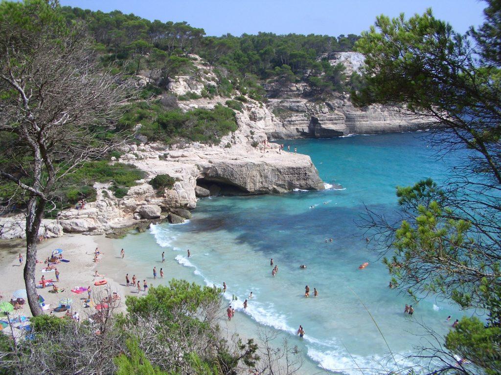 Cala Mitjana è una baia e una spiaggia sulla costa meridionale di Minorca.