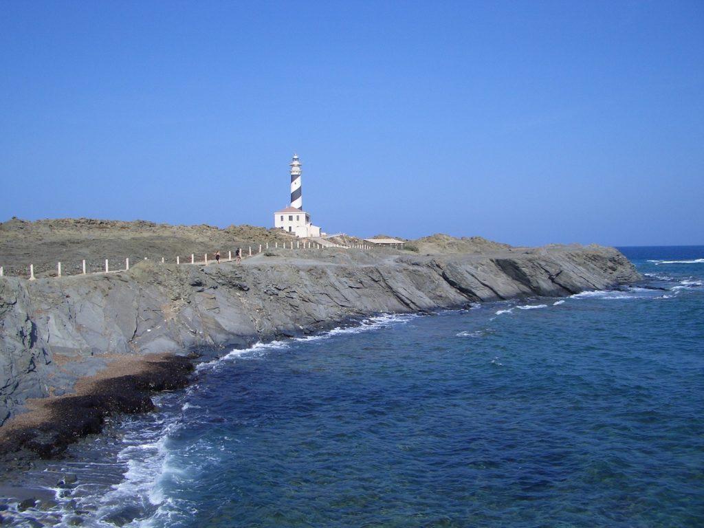 Spettacolari scogliere circondano lil faro di Favàritx a Minorca