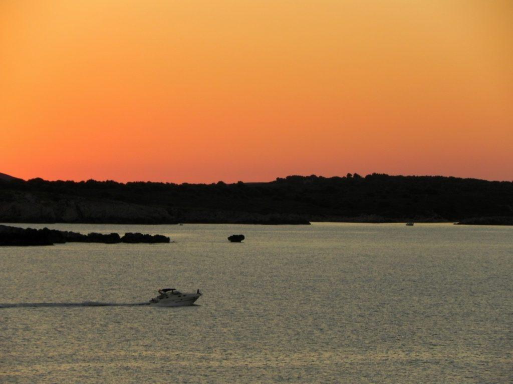 Motoscafo attraversa il mar mediterraneo delle isolae baleari