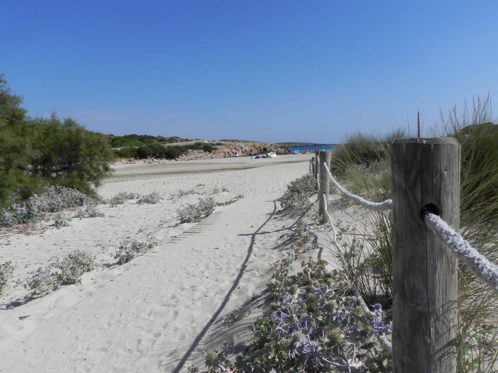 Ingresso alla spiaggia di una cala di Minorca