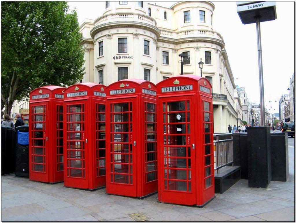 La cabina telefonica inglese rossa èuno dei simboli più amati di Londra