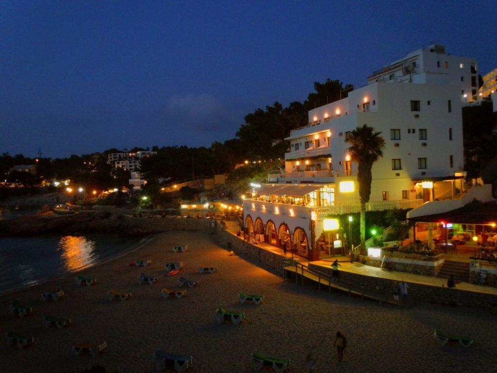 Vita notturna a Ibiza  Cala Portinatx