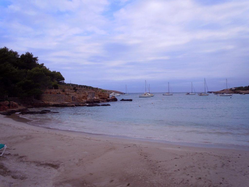 Foto di una cala spagnola all'isola di Ibiza vicino al tramonto