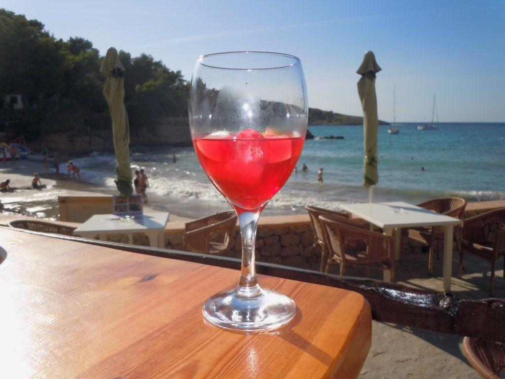Foto ricordo di un aperitivo in locale di una spiaggia di Ibiza