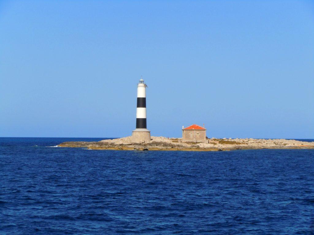 Foto di un faro sulla costa di ibiza