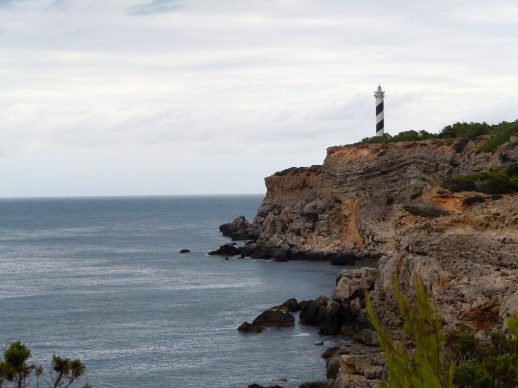 Il faro di Punta Moscarter è un faro attivo, vicino a Portinatx