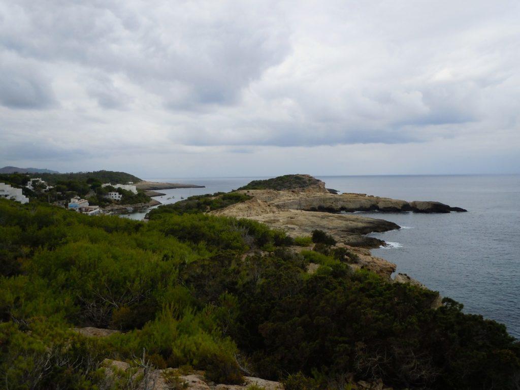 Foto di una bella costa di Ibiza