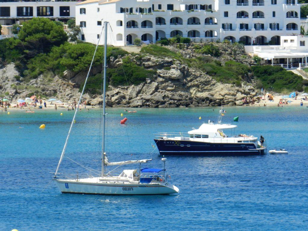 Delle barche ormeggiate lungo la cala di Arenal D'en castel di Minorca