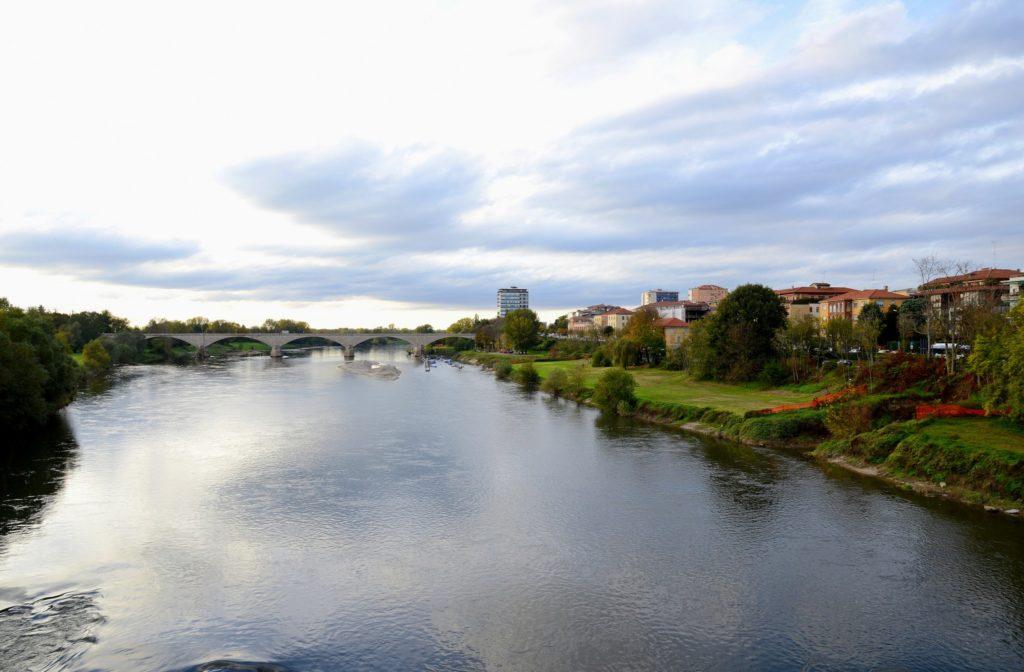 Una foto  di un paesaggio a Pavia con il Ponte nuovo sul ticino