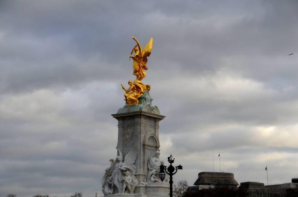 Nella piazza di Buckingham Palace ecco il monumento dedicato alla Regina Vittoria