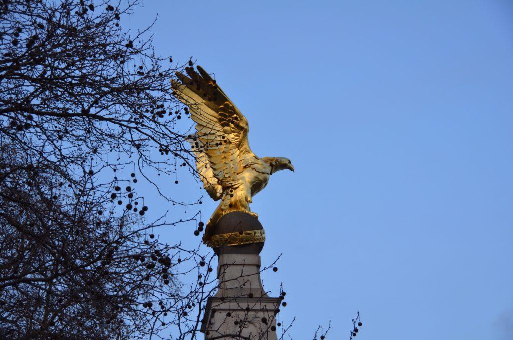 Il monumento davanti alla residenza ufficiale della famiglia reale d'Inghilterra