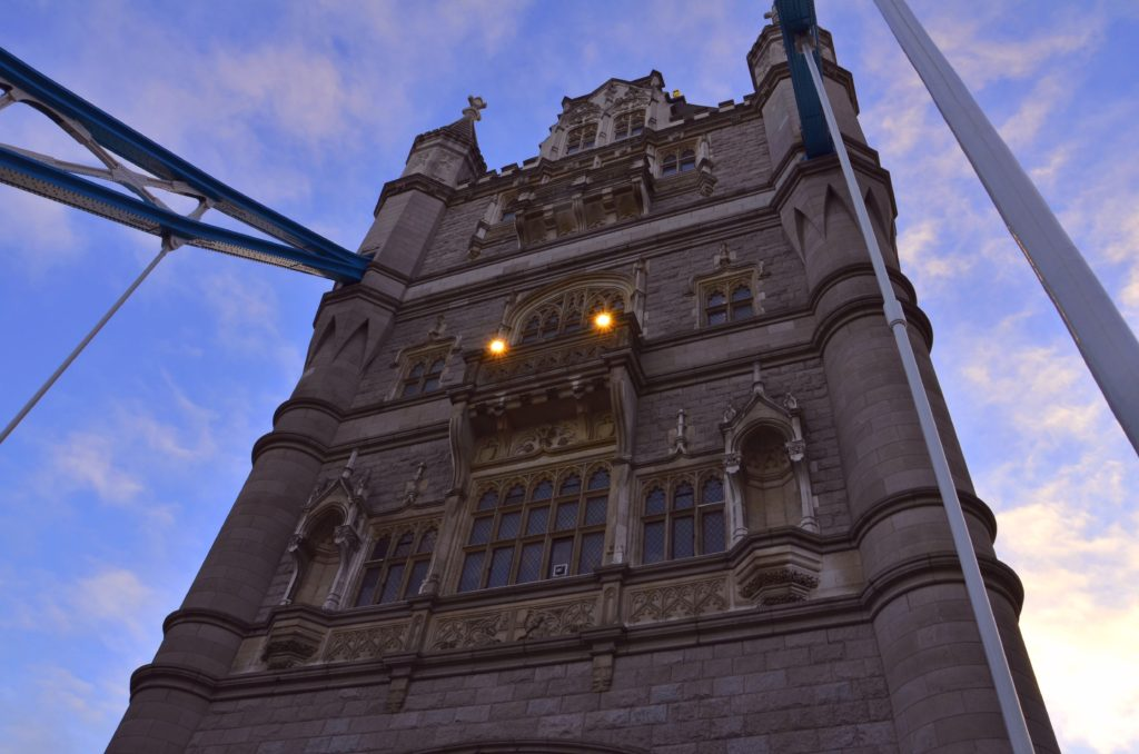 Il Tower Bridge  è un ponte mobile di Londra, situato sul fiume Tamigi.