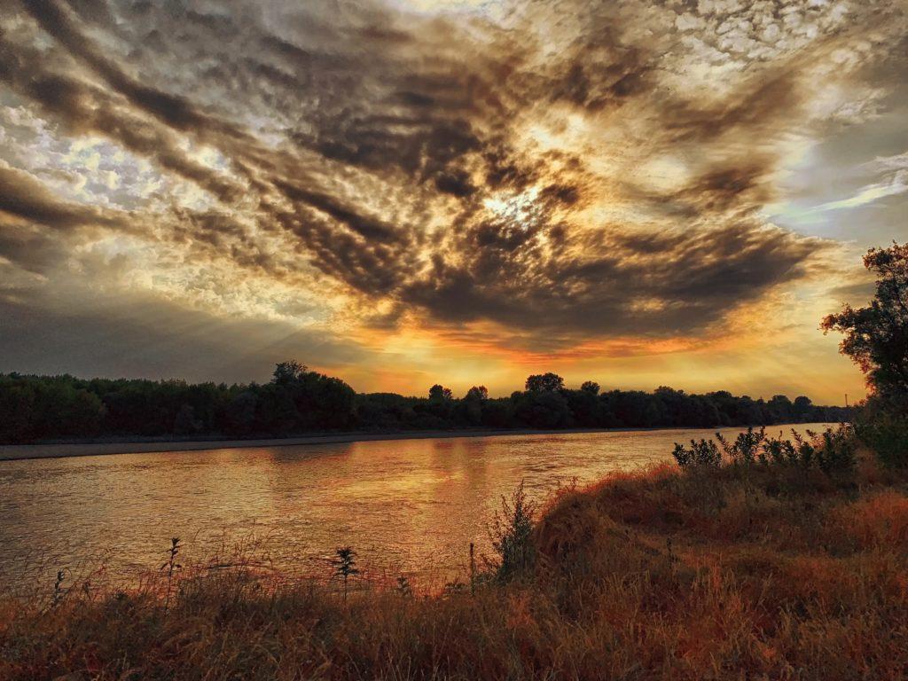 Foto di un tramonto dai colori intensi