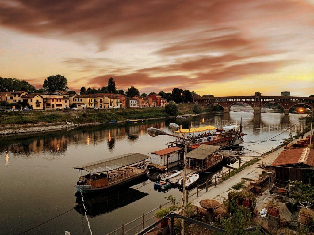 Il ponte vecchio e abitazioni di Pavia in un scenario dai colori suggestivi