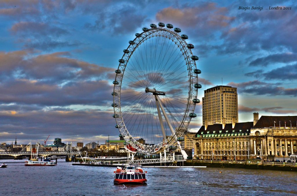 Il London Eye è una ruota panoramica situata sulla riva sud del Tamigi tra il Ponte di Westminster e l'Hungerford Bridge