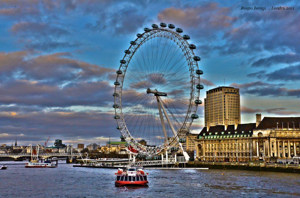 Il London Eye è una ruota panoramica situata sulla riva sud del Tamigi tra il Ponte di Westminster e l'Hungerford Bridge