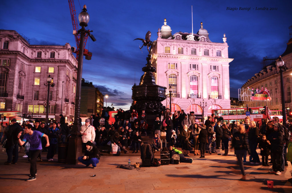 Piccadilly Circus è una delle piazze più famose di Londra e anche delle più frequentate: