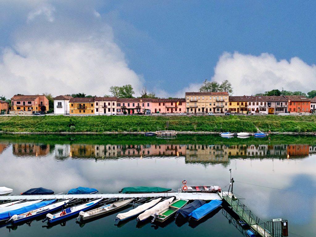 Foto abitazioni di Pavia riflessi sul Ticino