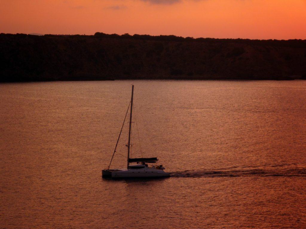 Un Catamarano nelle acque dell'isola di Minorca