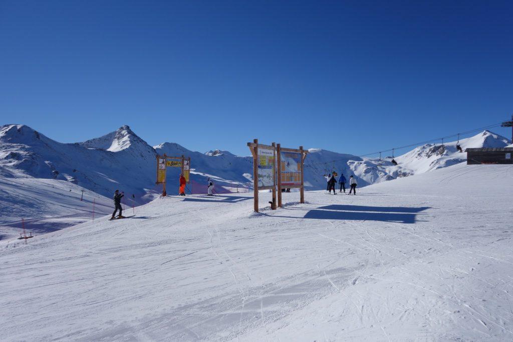 Località sciistica di Livigno con piste da sci snowboard. ristorantie sentieri escursionistici.